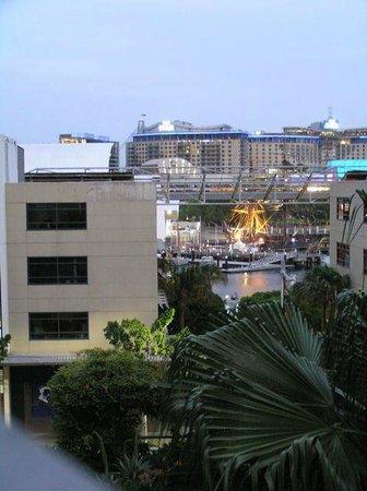Adina Apartment Hotel Sydney Darling Harbour : 2nd floor balcony overlooking garden