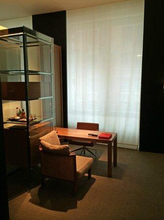 Andaz 5th Avenue: Desk and mini bar