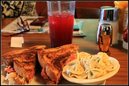 Eddie's Cafe & Gifts: Lunch