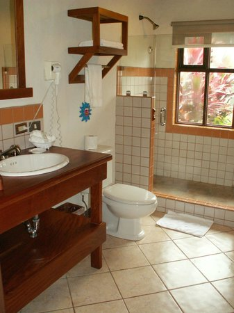 Villa Blanca Cloud Forest Hotel and Nature Reserve: Our lovely bathroom