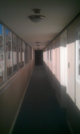 Coogee Sands Hotel & Apartments: Lovely warm corridor leading to room