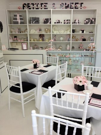Petite & Sweet Tearoom Coffee Shoppe & Patisserie: Check out the cakes in the cabinet