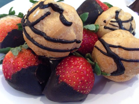 Hollywood & Vine: Cream puffs and chocolate covered strawberries.