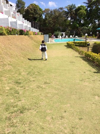 Days Hotel Tagaytay: Lots of greens for kids to run around on