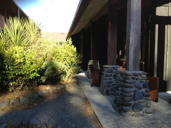 The Park Hotel Ruapehu: Casual seating in courtyard