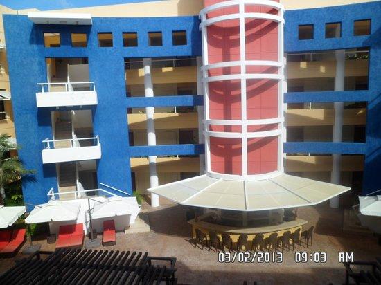 Hesperia Playa El Agua : Vista del patio interno desde el distribuidor de habitaciones.