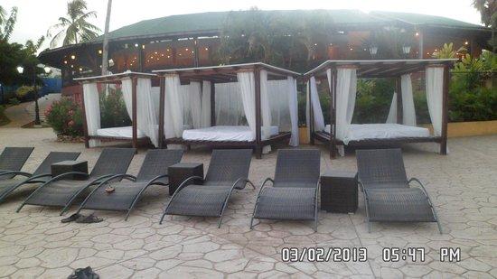 Hesperia Playa El Agua : camastros para relax exclusivos Edén