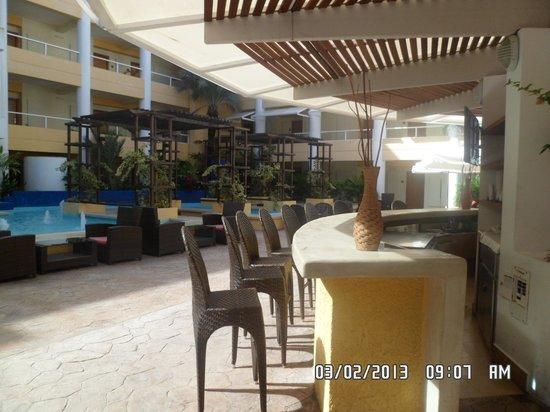 Hesperia Playa El Agua: Bar en sector central de habitaciones del Edén