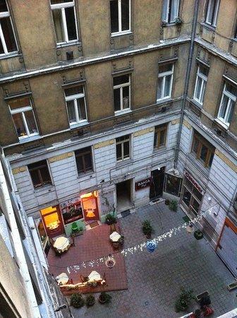 Budapest Panorama Central : вид во внутренний дворик отеля