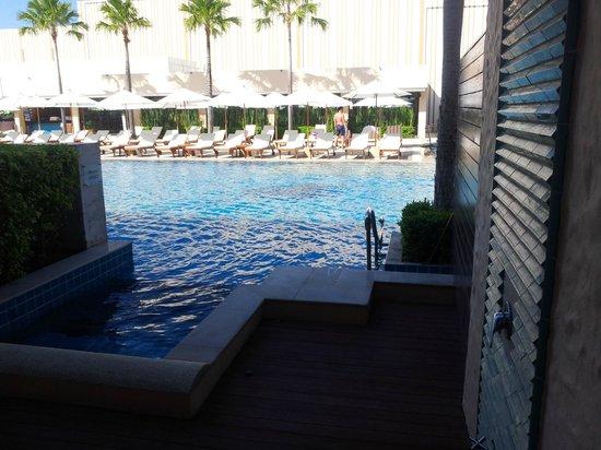 Millennium Resort Patong Phuket: Room patio into the pool