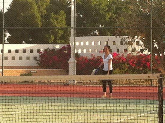 Tilal Liwa Hotel: playing tennis