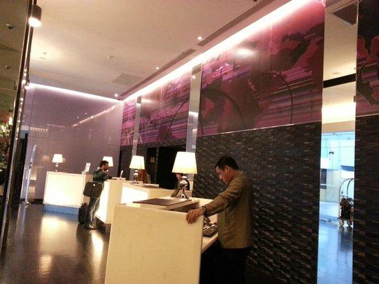 Radisson Suites Bangkok Sukhumvit : Front Desk