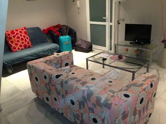 Piamonte Apartments: Salón con uno de los sofás cama.