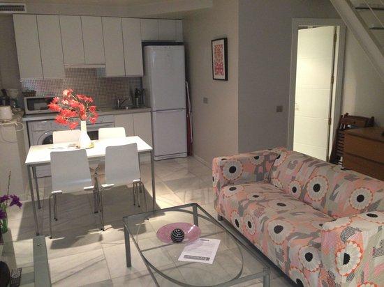 Piamonte Apartments: Salón-cocina