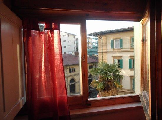 Hotel Fedora: finestra sul che da sul restro