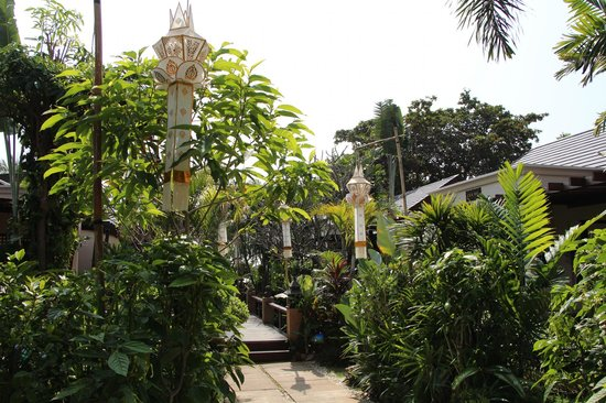 Samui Jasmine Resort : The road to bridge