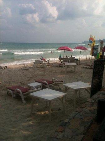 Baan Samui Resort: tafels en stoelen voor het diner, tussen de badgasten!!!