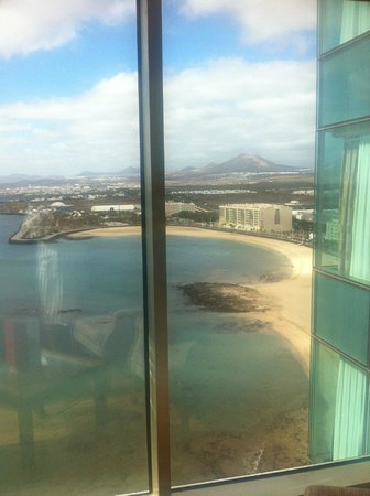 Arrecife Gran Hotel & SPA: View of beach at side of the Hotel  from 15th Floor Suite