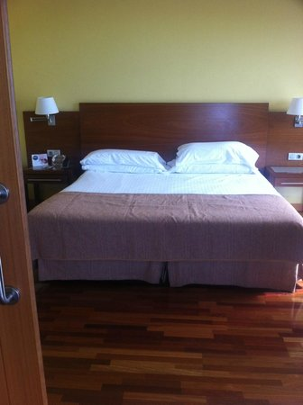 Arrecife Gran Hotel: Private double bedroom with sliding doors from living room