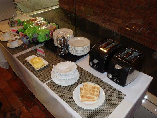 the youniQ Hotel: うれしい無料朝食 パンとコーヒー紅茶ですが十分です。
