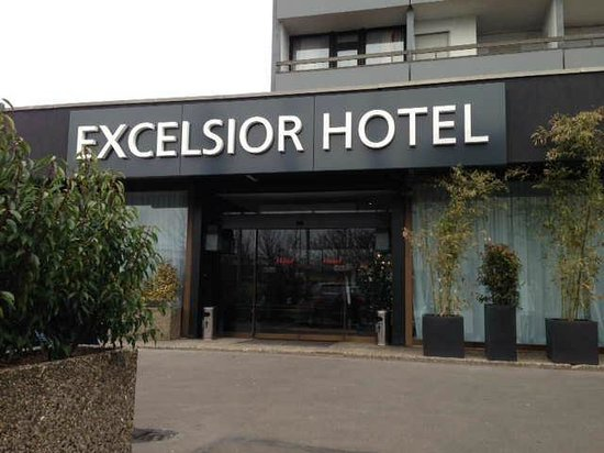 Hotel Excelsior Ludwigshafen: Hotel entrance, there is a dree parking too