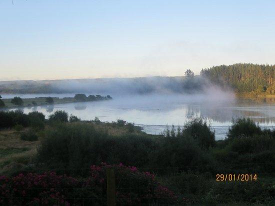 Kohutapu Lodge & Tribal Tours: The morning mist over lake