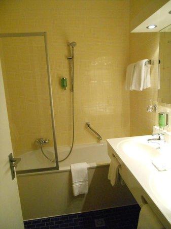 Hotel Bel Air Sport & Wellness : Salle de bain avec double évier et bain-douche