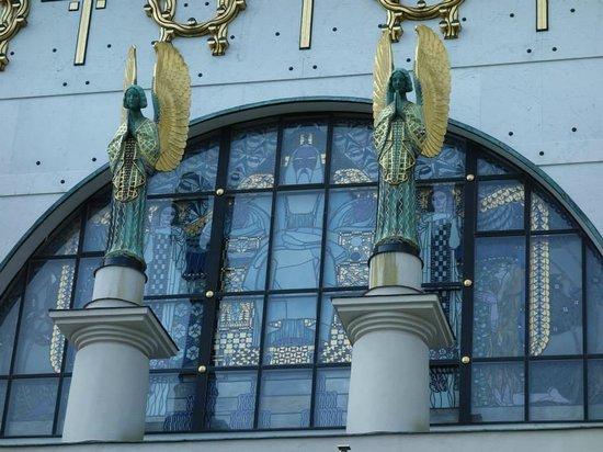 Kirche am Steinhof: 美麗的雕像和玻璃