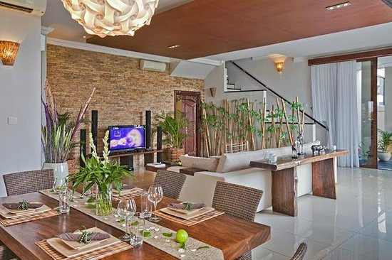 Villa Sky House: Living room view to dining area