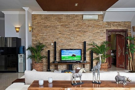Villa Sky House: Living room view with sofa and TV
