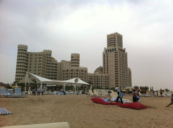 Al Hamra Residence & Village: вид на Al Harma Palace с пляжа