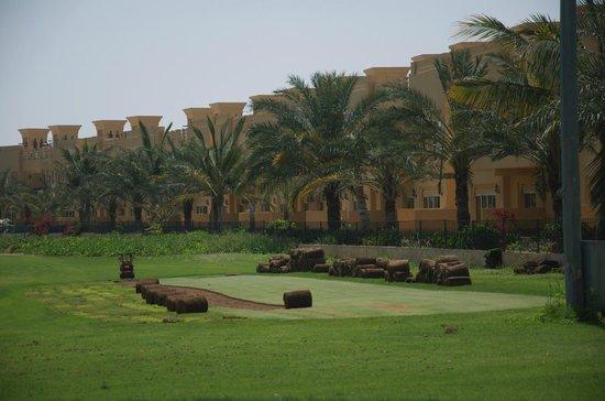 Al Hamra Residence & Village: вид на отель с поля для гольфа
