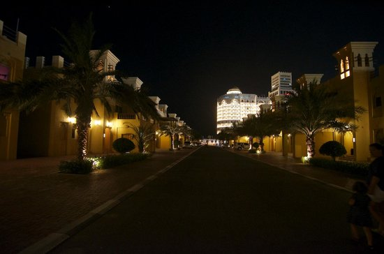 Al Hamra Village Golf & Beach Resort: отель вечером