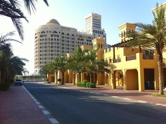 Al Hamra Village Golf & Beach Resort: отель днем