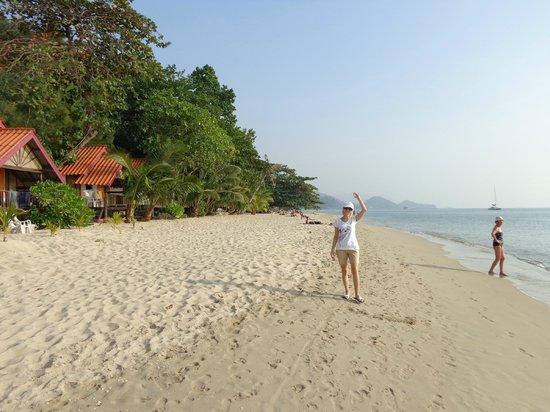 White Sand Beach Resort : В полдень на пляже ни души!
