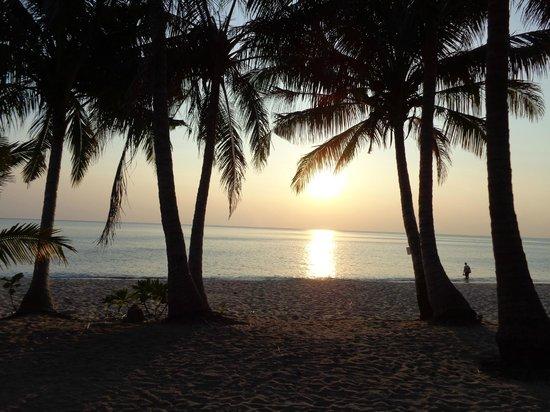 White Sand Beach Resort : Потрясающие закаты!