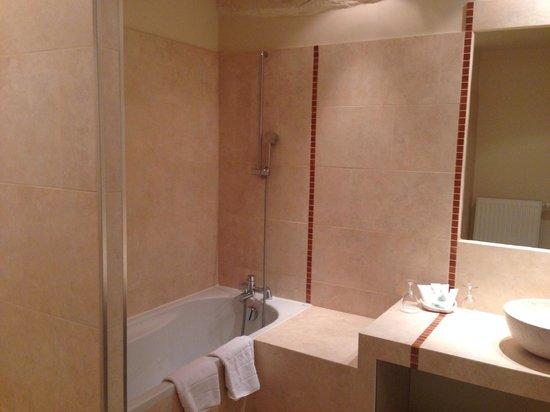 Aux Vieux Remparts : Salle de bain Chambre prestige
