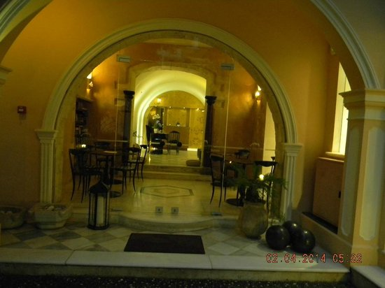 Casa Delfino Hotel & Spa: wALKING IN THE FRONT DOOR