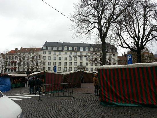 NH Collection Brussels Grand Sablon: Hotel vu de la place