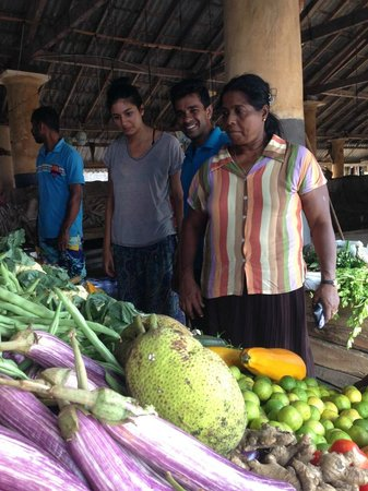 Templeberg Villa: Shopping for dinner ingredients at the market with Sudu and Tricksy