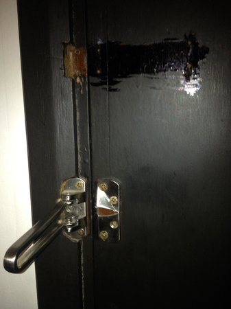 Impiana Hotel Ipoh: Broken door latch. So, no additional security. Anyone can force enter whilst sleeping. The lift