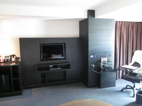 Golden Tulip Mandison Suites: TV