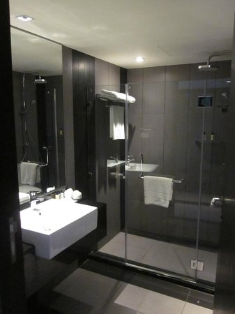 Golden Tulip Mandison Suites : Bathroom