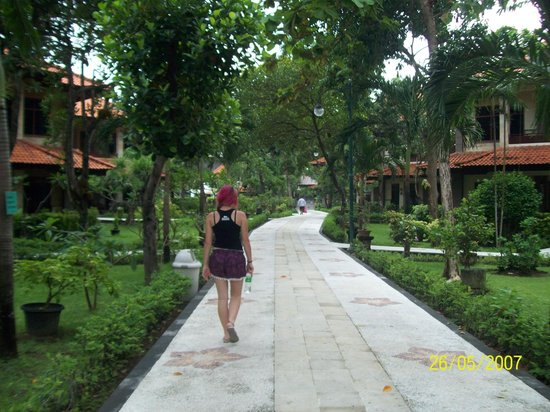 Melasti Legian Beach Resort & Spa: Lovely walk to the restaurant. We seen a couple of squirrels in the trees