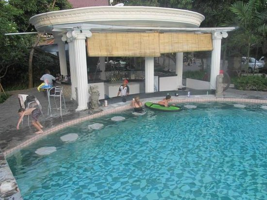 Melasti Legian Beach Resort & Spa: Pool bar