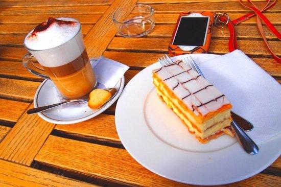 C und M Cafe Bar Restaurant : ケーキ、カフェマキアートも美味しい