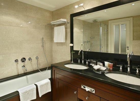 Kempinski Hotel Bristol: Badezimmer Deluxe Zimmer