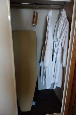 Rydges Perth: Closet with ironing board and bathrobes