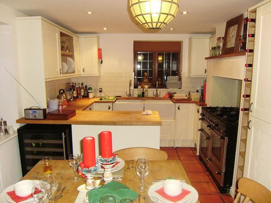 Giraffe Lodge: kitchen and dining room in livingstone cottage