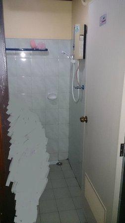 Ao Nang Village Resort: Ванная-туалет. Штора отсутствует.